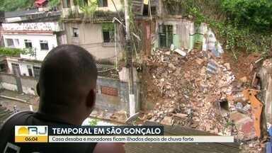 Casa desaba depois de chuva forte em São Gonçalo - Moradores ficaram ilhados dentro de casa após temporal.