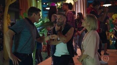 Carla se surpreende ao encontrar Lígia na ONG - A médica garante que foi à festa em missão de paz