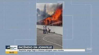 Depósito pega fogo e chamas atingem casa em Joinville - Depósito pega fogo e chamas atingem casa em Joinville