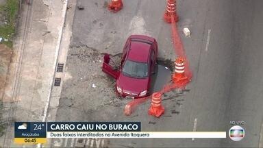 Carro cai em cratera na Avenida Itaquera - Buraqueira se estende por várias regiões da cidade.