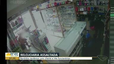 Relojoaria é assaltada e dono estima prejuízo de R$ 20 mil, na Serra, ES - Crime aconteceu em Bairro de Fátima, no início da tarde desta terça-feira (14). Uma cliente também teve o celular levado pelos criminosos.
