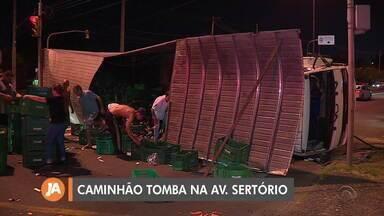Caminhão carregado de hortaliças tomba na Avenida Sertório e ninguém fica ferido - Assista ao vídeo.