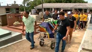 Enterrado corpo de professor que morreu após queda em Torres - Comunidade prestou homenagens durante o velório em Soledade.