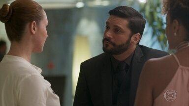 Diogo descobre que seu cartão foi recusado no hotel - Advogado é questionado por uma representante do setor financeiro do hotel