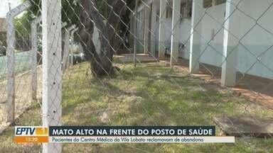 Mato alto é roçado no Centro Médico do bairro Vila Lobato em Ribeirão Preto - Pacientes reclamavam do risco de local se tornar criadouro de Aedes aegypti.