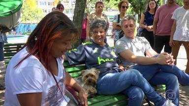 'Roleta das Boas Ações' dá prêmio para quem ajudar cachorro ''perdido'' - O quadro aconteceu na Praça Saenz Peña, no bairro da Tijuca, Rio de Janeiro