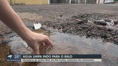 Morados do bairro Jardim Real reclamam de vazamentos de água limpa em São Carlos - De acordo com eles, o problema acontece há dois meses.