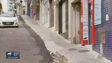 Calçada no Centro de Varginha (MG) se torna armadilha para pedestres - Calçada no Centro de Varginha (MG) se torna armadilha para pedestres