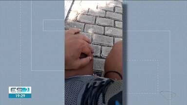 Cadeirante relata dificuldade em se locomover em ruas de paralelepípedos em Linhares, ES - Ele filmou a situação e enviou pelo app da TV Gazeta.