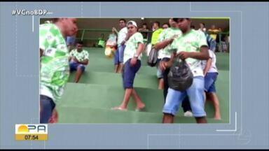 Torcida do Paragominas dá exemplo e recolhe lixo de estádio após jogo - Torcida do Paragominas dá exemplo e recolhe lixo de estádio após jogo
