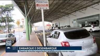 Novas vagas de embarque e desembarque são criadas em pontos críticos de Uberlândia - Com as vagas de estacionamento cada vez mais disputadas, a Prefeitura de Uberlândia resolveu criar vagas de embarque e desembarque na rodoviária, no aeroporto e na entrada do Terminal Central.