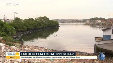 Comunidade de Massaranduba reclama de descarte irregular de entulho e do esgoto - Problemas como o mau cheiro e a presença de insetos incomodam os moradores da localidade.