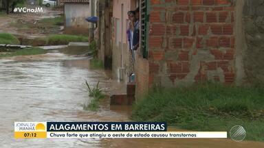 Temporal deixa ruas e casas alagadas em Barreiras, no oeste da Bahia - A cidade começou a ter chuvas fortes nas primeiras horas da quarta-feira (22).
