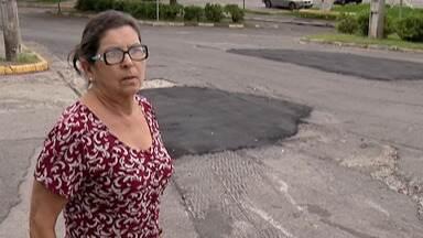 Moradores do Jardim Maricá, em Mogi das Cruzes, reclamam dos buracos nas ruas - Segundo os moradores, há a necessidade de recapeamento de uma avenida com condomínios.