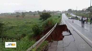 Após os estragos provocados pela chuva, parte da GO-070 está interditada em Goiás - Situação ocorre em Inhumas.