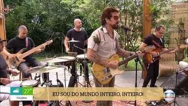 Tuca Fernandes canta 'Praieiro' - Confira