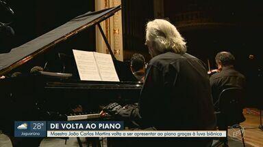 Maestro João Carlos Martins volta ao piano com luva criada por designer de Sumaré - Designer industrial desenvolveu acessório que permitiu ao maestro retomar prática com outros dedos, além dos polegares. Artista havia anunciado despedida do instrumento em 2019.