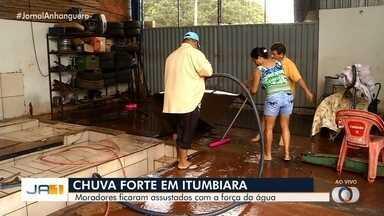 Chuva forte invade casas de Itumbiara - Moradores ficaram assustados com a força da água.