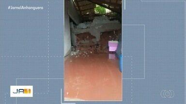 Parte de casa desaba após chuva em Anápolis - Água desceu pela encosta e fez com que o muro do terreno caísse.
