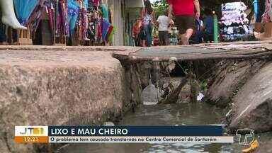 Usuários e lojistas reclamam de lixo e mau cheiro no centro de Santarém - Problema tem causado transtornos a quem frequenta o espaço.