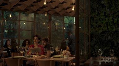 Vinícius e Sandro chegam no jantar com Lídia - Lídia diz a Tales que gostaria de ver amizade entre ele e seu filho