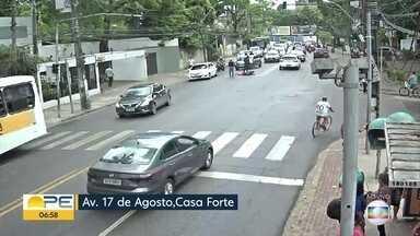 Acidente complica trânsito na Avenida 17 de Agosto - Através de câmera de monitoramento, foi possível ver uma pessoa caída no chão.