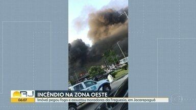 Imóvel pega fogo na Freguesia - Fumaça negra podia ser vista de longe.