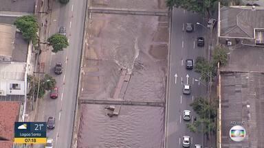 Enchente arranca vigas do Ribeirão Arrudas na Região Central de Belo Horizonte - Estruturas estão dentro da água.