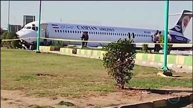 Avião derrapa na pista de pouso e invade estrada no Irã - Nenhuma das 142 pessoas a bordo se feriu; motivo do incidente está sendo investigado