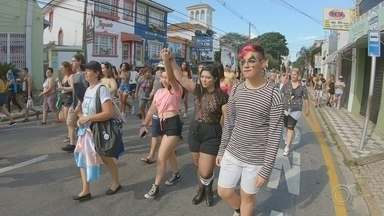 Transgêneros da região realizam marcha em Sorocaba - Transgêneros da região de Sorocaba (SP) se reuniram no fim de semana para realizar uma marcha. Na caminhada, eles pediram por mais oportunidades no mercado de trabalho.