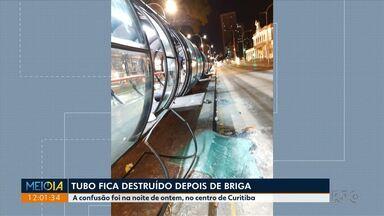Tubo de ônibus fica destruído depois de briga - A confusão foi na noite de domingo, no centro de Curitiba.