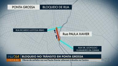 Troca de asfalto na Rua Paula Xavier altera trânsito no Centro de Ponta Grossa - Quadras até a Avenida Vicente Machado devem passar por obras nesta semana.
