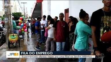 Candidatos a vagas de emprego formam fila quilométrica em supermercado de Goiânia - São 70 oportunidades no local para todas as áreas. Para se candidatar, é preciso levar carteira de trabalho e documentos pessoais.