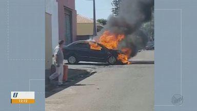 Carro fica destruído após pegar fogo em São Carlos - Aposentado contou que dirigia quando ouviu barulho de vazamento. Ele conseguiu sair antes do incêndio atingir todo o veículo e ninguém ficou ferido.