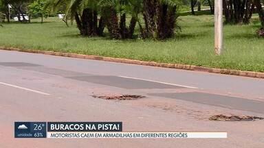 Buracos são armadilhas em vias movimentadas - Motoristas tiveram prejuízos em Taguatinga, no Park Way e na L4 Sul, onde a fila de carros com pneus furados impressionava pela manhã.