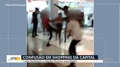 Confusão assusta clientes e lojistas de shopping em Goiânia - Vídeo mostra briga entre jovens em frente a uma farmácia. Nas redes sociais, funcionários relataram que lojas tiveram que fechar as portas.
