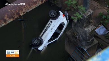 Carro com duas pessoas dentro cai em córrego na Avenida Tancredo Neves, em Salvador - O acidente aconteceu na noite de domingo (26).