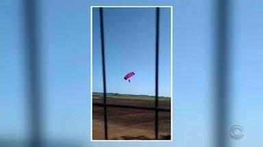 Paraquedista morre em aterrissagem em Santa Rosa - Jovem que estava com ele no paraquedas ficou gravemente ferido.