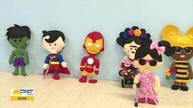 Artesãos criam bonecos de feltro com características especiais e promovem inclusão - Hulk de aparelho auditivo e homem de ferro com prótese na perna são alguns dos bonecos criados pela dupla.
