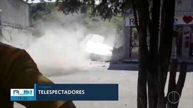 Casa desaba logo após os moradores deixarem o local em Cardoso Moreira - Dezenas de ruas ainda estão alagadas, e metade da população deixou suas casas.