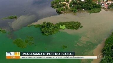 Moradores continuam reclamando da água mesmo após prazo dado pela Cedae - Ontem, Cedae começou a aplicar argila na lagoa próximo à estação de Guandu para tentar conter a proliferação de algas