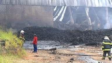 Bombeiros controlam incêndio em fábrica de reciclagem de pneus em Mairinque - Um incêndio que começou na segunda-feira (27) em uma fábrica de materiais de reciclagem de pneus em Mairinque (SP) foi controlado nesta quinta-feira (30). A Cetesb informou que a empresa funcionava com a licença vencida desde março do ano passado.