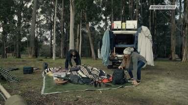 Como Tudo Começou - Com o carro finalmente pronto e as malas preparadas, Marcela e Nelsinho saem de Perth em busca de lugares inóspitos e incríveis. Eles também contam sobre sua relação e casamento.