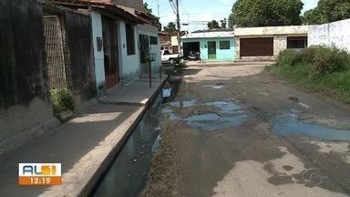 AL1 nas comunidades mostra situação de descaso em rua do Tabuleiro dos Martins - Buracos, esgoto e lixo na rua incomodam moradores.