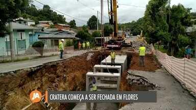 Cratera que se formou em rua de Flores da Cunha começa a ser fechada - Obras de recuperação começaram na última semana.