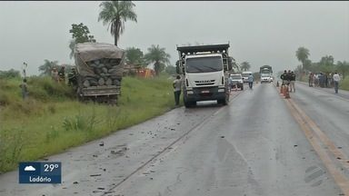 Três pessoas da mesma família morrem em acidente na BR 262 - Pai, mãe e o filho de um ano morreram quando o carro da família bateu em um caminhão