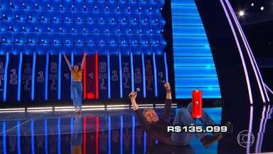 Jessica joga as últimas três bolas vermelhas no 'The Wall' - Luciano Huck fica tenso com as últimas bolas em jogo