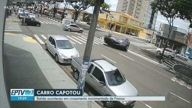 Carro capota em uma das avenidas mais movimentadas de Franca, SP - Acidente ocorreu na esquina da Avenida Presidente Vargas com a Rua Afonso Pena. Apesar do susto, ninguém ficou ferido.