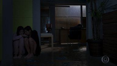 Kyra torce para que Luna tenha se salvado - O abrigo de Kyra e Alexia é atingido pelo furacão