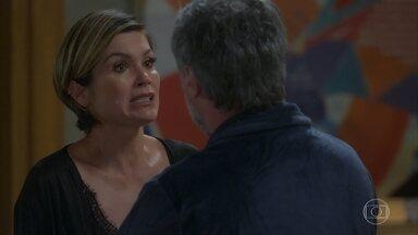 Hugo acha que Helena está preocupada com Téo sem necessidade - Helena fica muito apreensiva por falta de notícias do filho